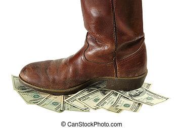 El dinero devaluado es pisado