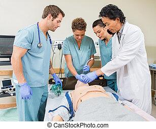 El doctor instruye enfermeras en el hospital