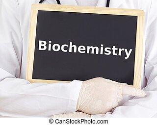 El doctor muestra información en la pizarra: bioquímica