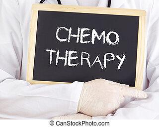 El doctor muestra información en la pizarra: quimioterapia