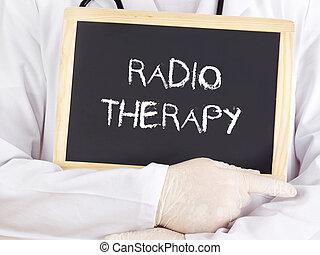 El doctor muestra información: radioterapia
