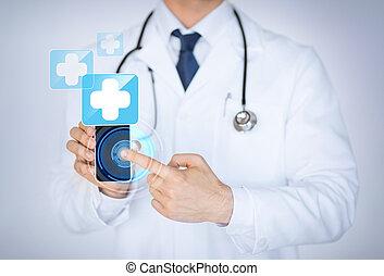 El doctor sostenía el teléfono inteligente con el informe médico