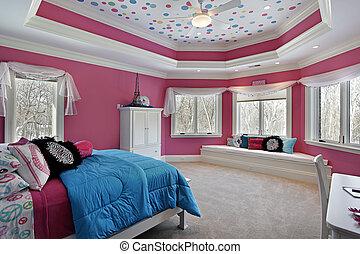 El dormitorio de la chica con paredes rosas