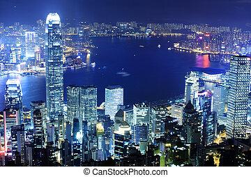 El edificio de oficinas de noche en Hong Kong
