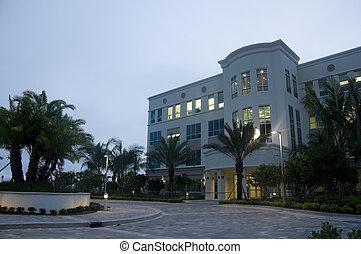 El edificio de oficinas por la mañana