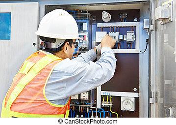 El electricista chino trabajando en la central eléctrica