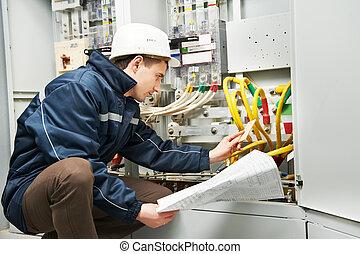 El electricista comprobando cables eléctricos