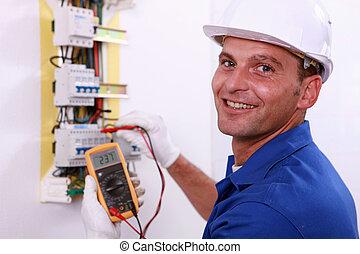 El electricista comprobando una caja de fusibles