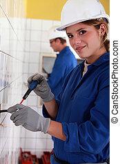 El electricista instalando cables eléctricos