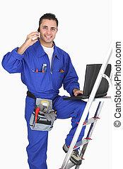 El electricista posando con sus materiales y herramientas