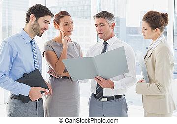 El empleado tiene una reunión de negocios