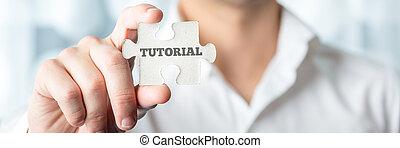 El empresario muestra una pieza de rompecabezas con un texto tutorial