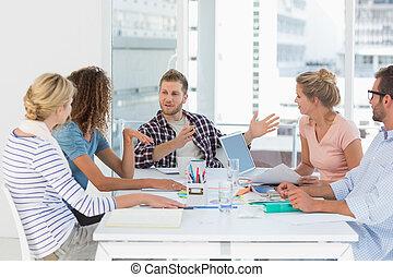 El equipo de diseño joven tiene una reunión juntos