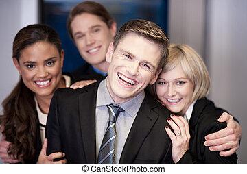 El equipo de negocios de cuatro se divierten en el trabajo