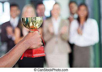 El equipo de negocios gana un trofeo