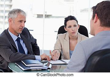 El equipo de negocios negocia con un cliente