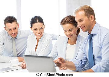 El equipo de negocios tiene una discusión en la oficina