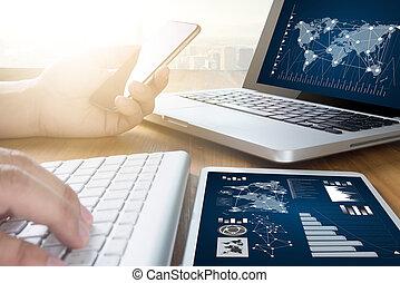 El equipo de negocios trabaja en Economía y Gráficos interfaz el gerente de mercado de valores investigando el proceso de la estrategia global de la innovación virtual