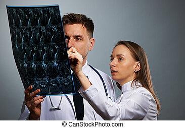El equipo médico con resonancia espinal