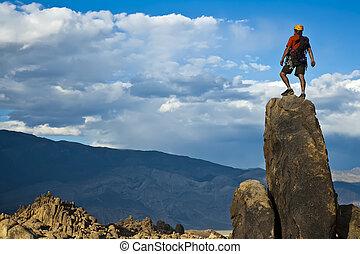 El escalador de rocas se acerca a la cima.