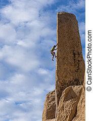 El escalador lucha por un precipicio.