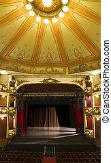 El escenario vacío de un viejo teatro
