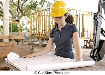El estudiante de ingeniería lee los planos