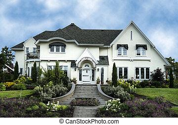 El exterior de la casa blanca de lujo