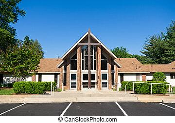 El exterior de la iglesia moderna con una gran cruz