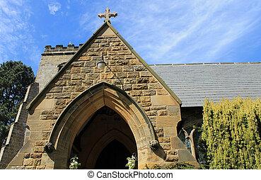 El exterior de la vieja iglesia de piedra