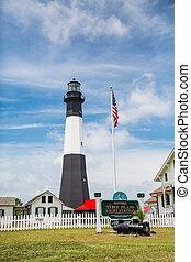 El faro de la isla Tybee y la bandera americana