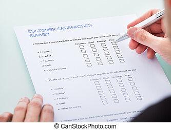 El formulario de relleno de manos de la persona