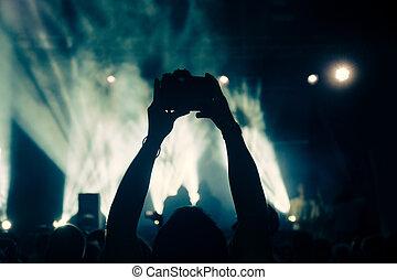 El fotógrafo está grabando vídeo en concierto
