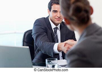 El gerente entrevistando a una aspirante