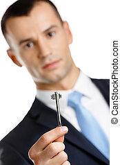 El gerente muestra la llave