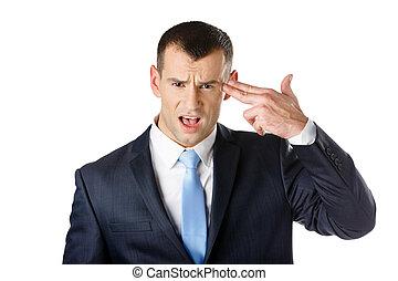 El gerente muestra un gesto de armas