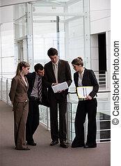 El grupo de negocios se reunió en el corredor