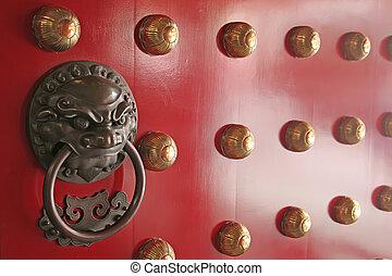 El guardián espiritual encontrado en las puertas tradicionales chinas