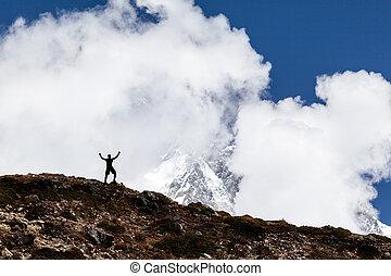 El hombre camina silueta en las montañas