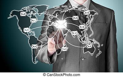 El hombre de negocios distribuye correo digital