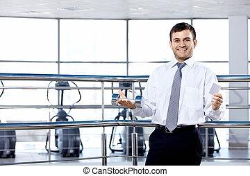 El hombre de negocios en la sala de deportes