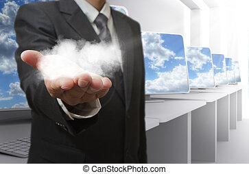 El hombre de negocios muestra el concepto de la red de nubes