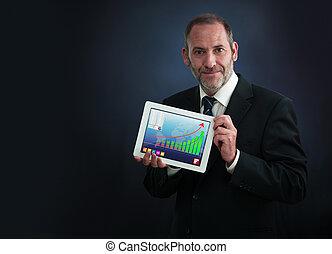 El hombre de negocios muestra pantalla computarizada