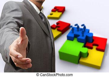 El hombre de negocios muestra rompecabezas de éxito