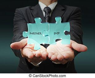 """El hombre de negocios muestra """"socio de tres"""" piezas escritas"""