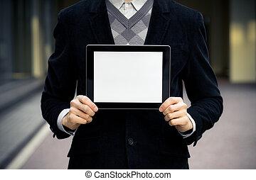El hombre de negocios muestra tableta digital