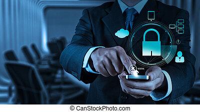 El hombre de negocios muestra teléfono móvil 3D con candado como concepto de negocio de seguridad en internet