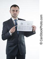 El hombre de negocios muestra un gráfico