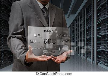 El hombre de negocios muestra una pantalla virtual del diagrama SEO