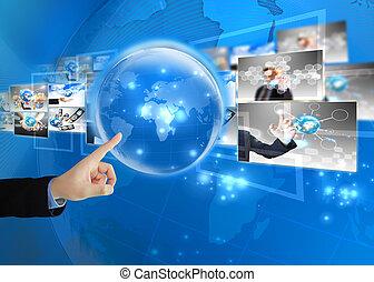 El hombre de negocios presiona el mundo. Concepto de tecnología